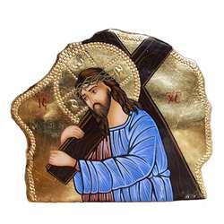 icône en pierre du Christ portant sa Croix