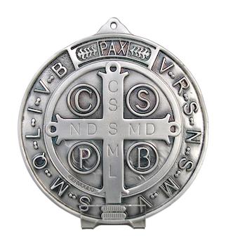 La médaille de saint Benoît et les inscriptions